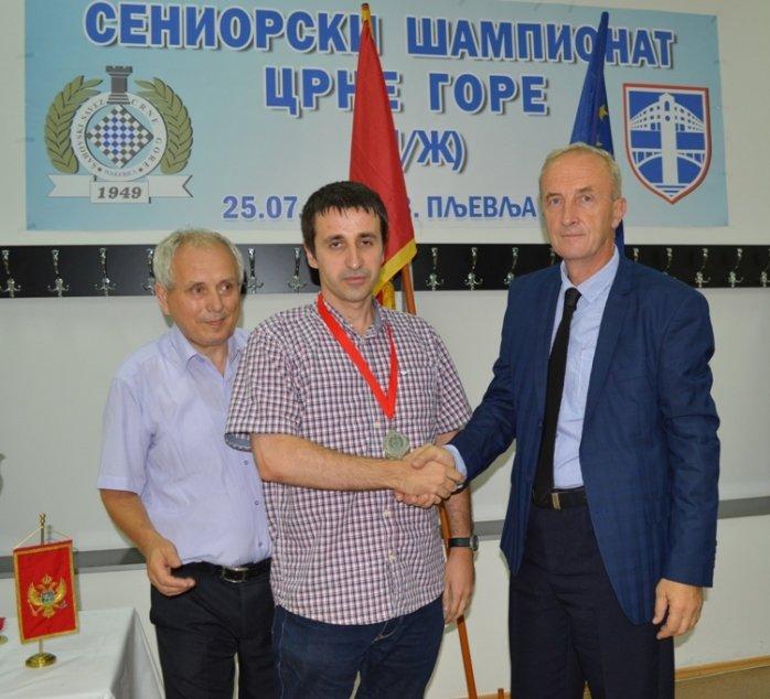Mersudin Halilovic urucuje medalju Blazu Kalezicu