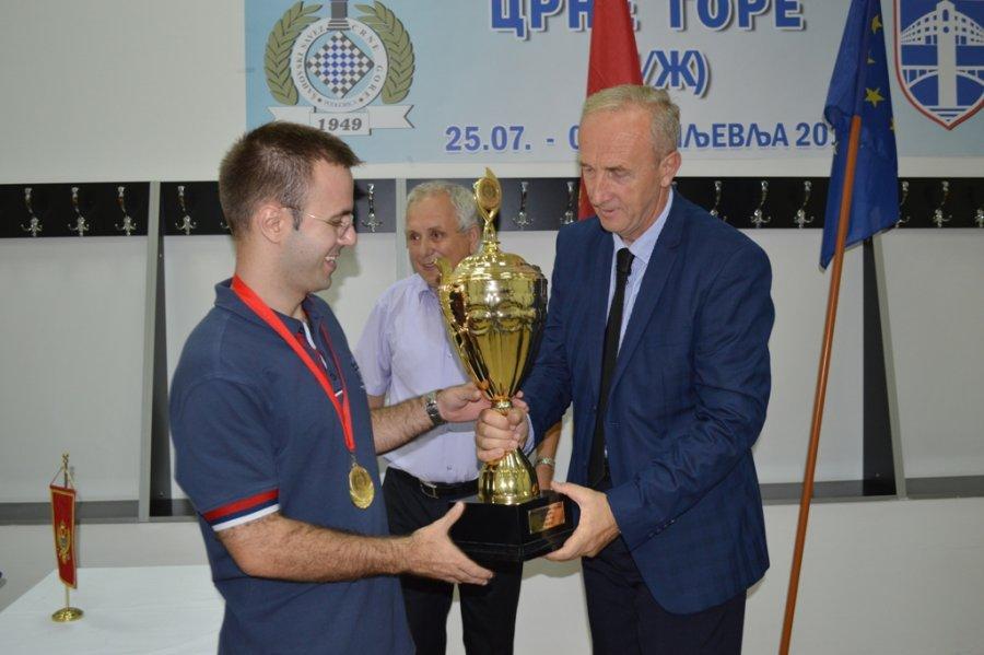 Nikola Djukic prima pehar od Mersudina Halilovica