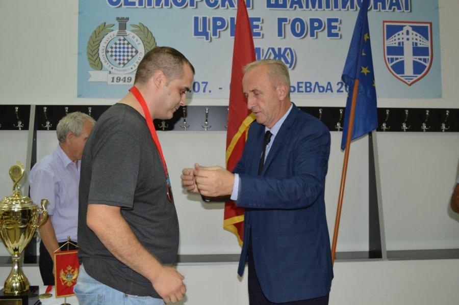 Veljko Draganic prima medalju
