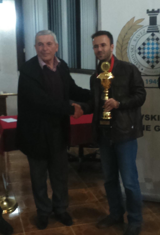 Potpredsjednik ŠSCG uručuje pehar šampionu