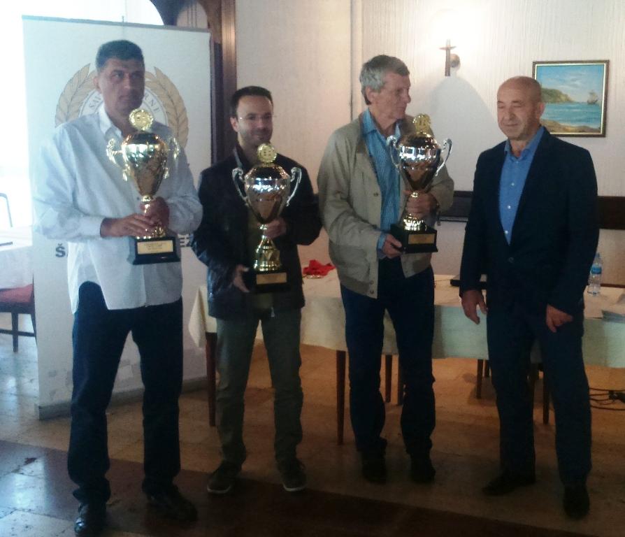 Predsjednik ŠSCG Radojica Grba sa kapitenima najboljih ekipa