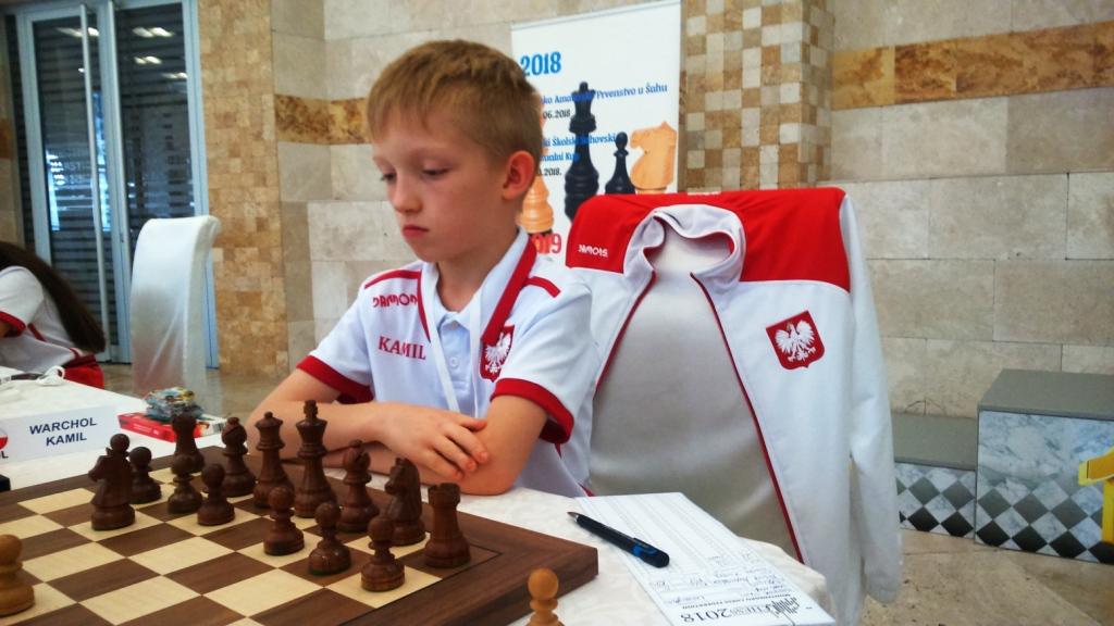 Ozbiljno na startu – mladi šahista iz Poljske